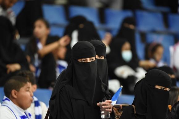 Mujeres en un partido de fútbol en Arabia Saudita. Foto: AFP