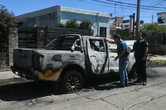 La camioneta en que fugaron apareció abandonada e incendiada en las calles Ramón Anador y Lyon. Foto: A. Colmegna