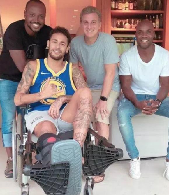 Neymar por el momento luce una férula en la pierna derecha