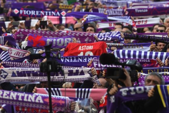 Los hinchas de Fiorentina despidieron a su capitán a las puertas de la céntrica basílica de la Santa Cruz