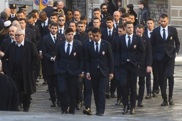 El plantel de la Fiorentina dándole el último adiós a su capitán
