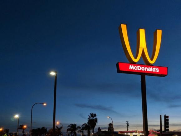 McDonald's voltea sus arcos durante un día.