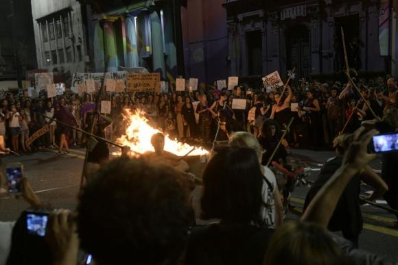 Al finalizar la marcha iniciaron una fogata. Foto: Florencia Traibel