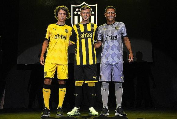 Las tres camisetas para esta temporada. Foto: Prensa Peñarol.