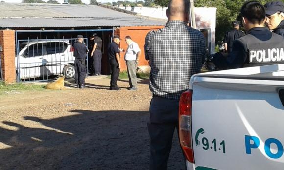 La vivienda: numerosos policías se desplegaron en el lugar. Foto: Luis Pérez