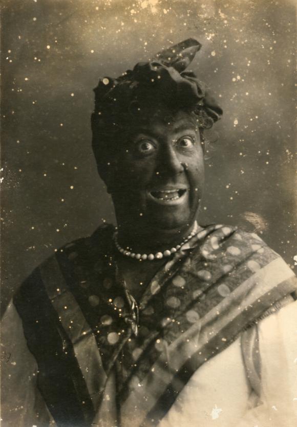 Paulina disfrazada, pintada de negro con carbón. Foto: Familia Luisi