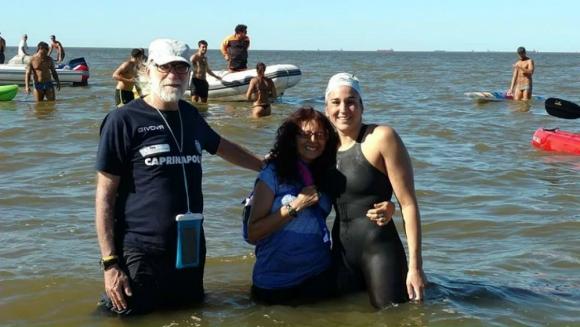La nadadora Pilar Geijo feliz en Punta Lara, tras culminar el cruce. Foto: Facebook Pilar Geijo