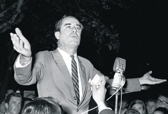 Contienda: Wilson durante un acto de la campaña electoral de 1971 en la que integró una fórmula blanca junto a Carlos Julio Pereyra. Foto: archivo El País