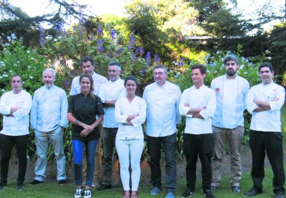 Diez: los referentes de siete restaurantes de Montevideo y tres de Maldonado durante la presentación. Foto: Difusión