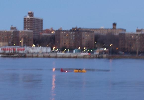 El helicóptero cayó en el East River. Foto: Reuters