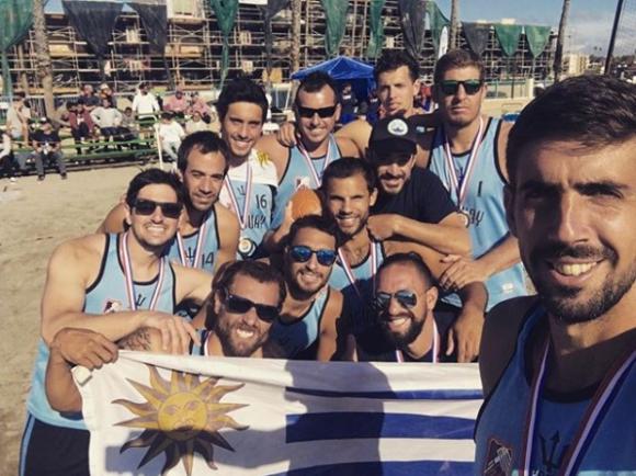 La selección masculina de beach handball de Uruguay con la medalla de plata.