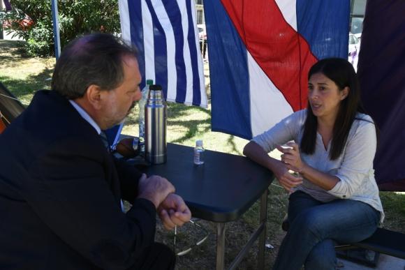 Gandini dialogó con Luiggina D´Agosto, la mujer despedida en Alur. Foto: Ariel Colmegna