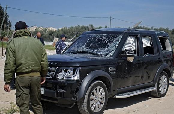 Agentes de seguridad de Hamás inspeccionan uno de los vehículos del convoy del primer ministro palestino. Foto: EFE