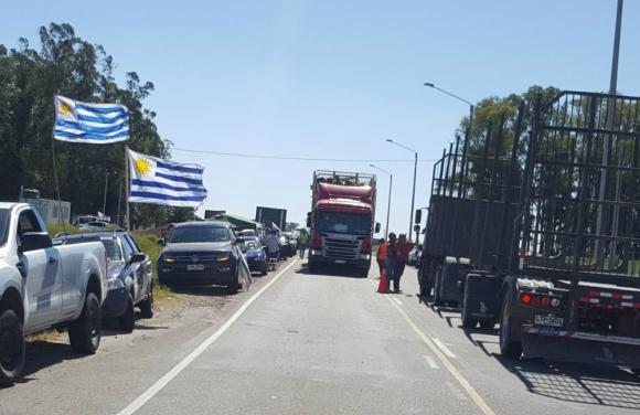 Concentración: protesta frente a planta de UPM en Río Negro. Foto: El País