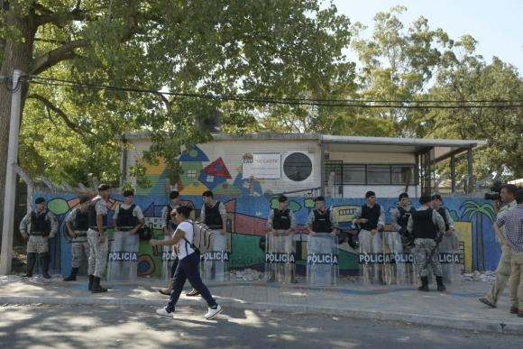 Frente de la escuela en la que fue baleado el niño en Plaza Casavalle. Foto: M. Bonjour