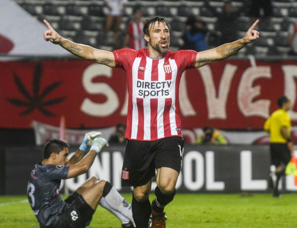 Mariano Pavone festejando uno de los goles pincharratas