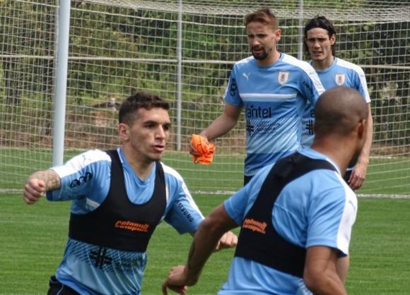 Lucas Torreira y Carlos Sánchez en un ejercicio táctico con Uruguay