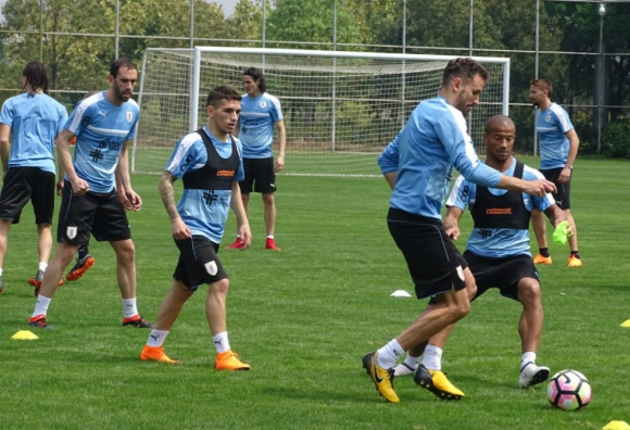 Lucas Torreira trabajando con sus compañeros a la espera del partido contra República Checa