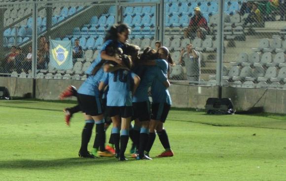 Uruguay sub 17 festejando contra Brasil. Foto: AUFfemenino