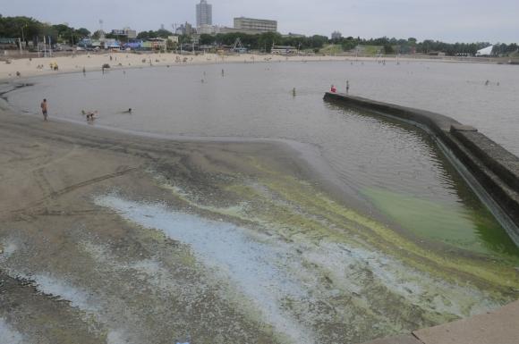 En las playas se detectaron menos bacterias resistentes que en saneamiento. Foto: A. Colmegna