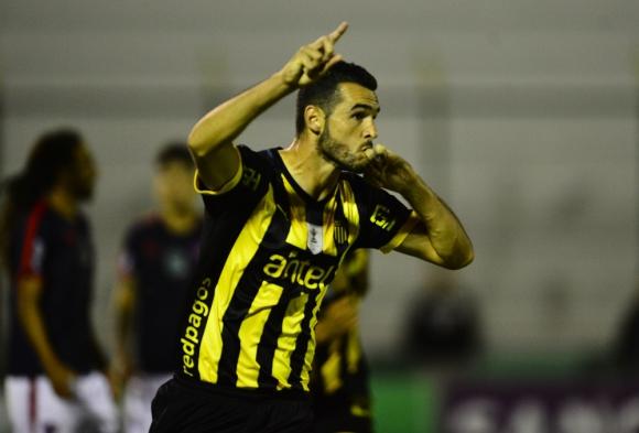 Fabricio Formiliano festejando el gol de Peñarol. Foto: Gerardo Pérez