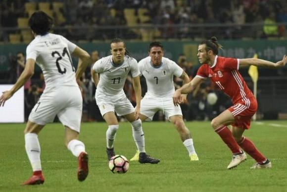 Tres jugadores de Uruguay sobre la acción de juego que intentó realizar Gareth Bale