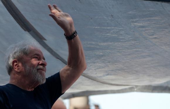 Luis Inacio Lula Da Silva en misa en honor a su esposa. Foto: Reuters