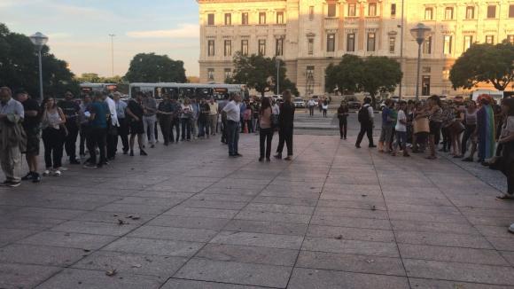 Varias personas hicieron fila para entrar a la conferencia. Foto: Pablo Melgar