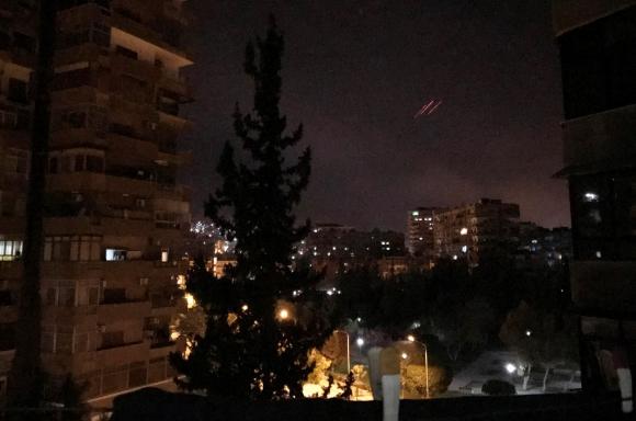 Fuego antiaéreo se observa sobre el cielo de Damasco. Foto: Reuters
