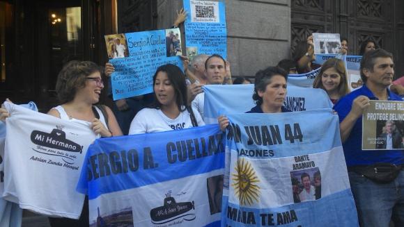 Familiares de los tripulantes se manifestaron frente al Congreso. Foto: EFE