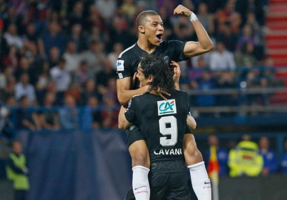 Cavani y Mbappé festejando el gol del PSG. Foto: @PSG_espanol