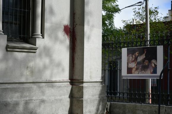 La iglesia fue vandalizada con pintura. Foto: Fernando Ponzetto