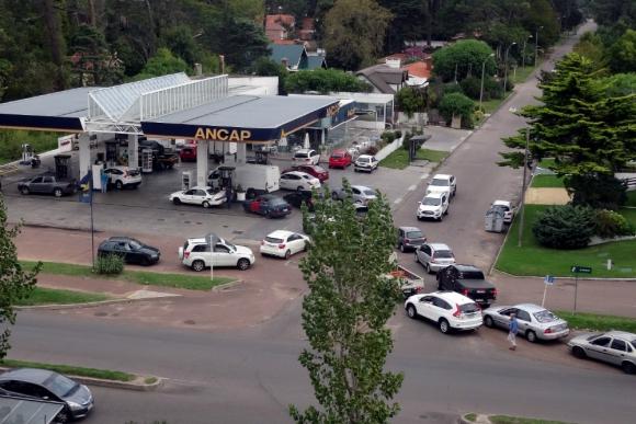 Hay turistas argentinos y brasileños entre los conductores que se volcaron a las estaciones para poder cargar combustible. Foto: Ricardo Figueredo