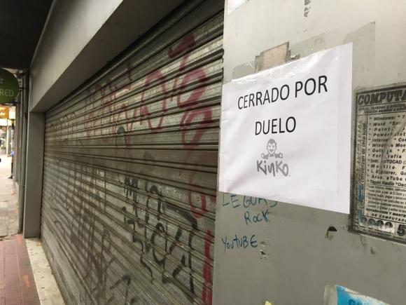 """Los locales comerciales colgaron el cartel """"cerrado por duelo"""". Foto: Florencia Traibel"""