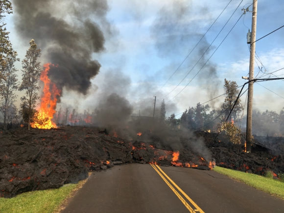 Los chorros de lava llegan a alcanzar los 70 metros. Foto: Reuters