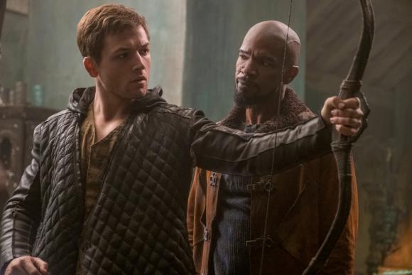 Taron Egerton y Jaime Foxx en Robin Hood