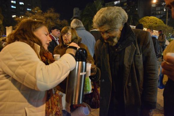 Algo por alguien: brindan alimentos, abrigo y contención a personas que están en situación de calle. Foto: involucrate.com.uy