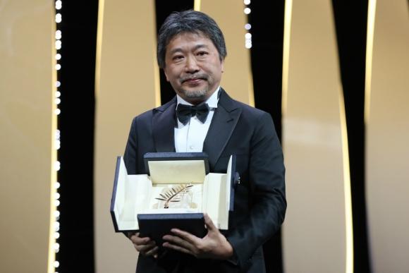 el realizador japonés Hirozaku Kore-Eda se llevó la Palma de Oro en Cannes. Foto: Afp
