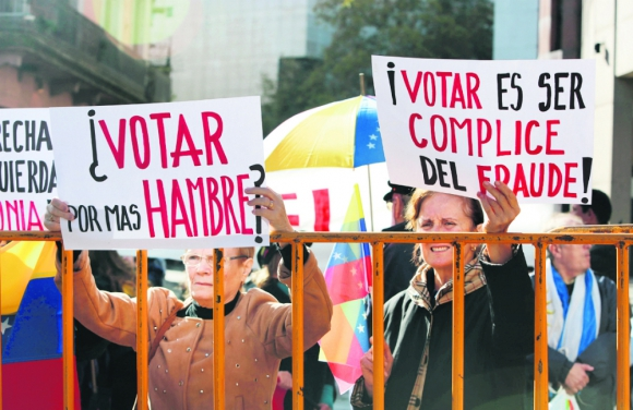 Decenas de venezolanos se manifestaron frente a la sede de la Embajada en Montevideo. Foto: EFE.