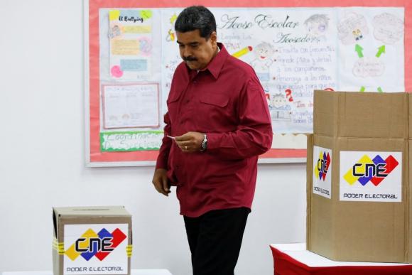 Maduro fue el primero en votar en su circuito. Foto: Reuters