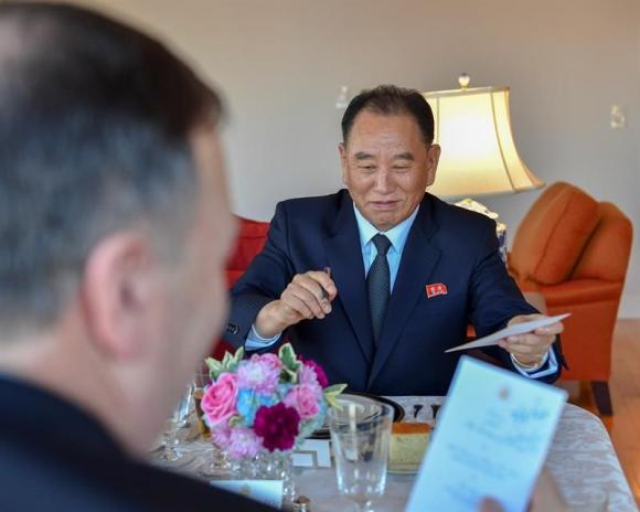 El dirigente norcoreano Kim Yong-chol con el secretario de Estado estadounidense, Mike Pompeo. Foto: EFE