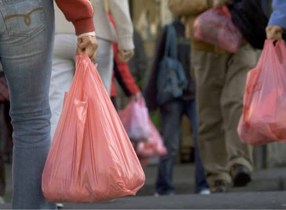 Polietileno: el proyecto que aprobó el Senado obliga a los comerciantes a cobrar las bolsas que entreguen. Foto: AFP