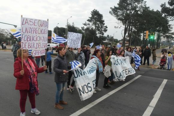 Los manifestantes portaron banderas de Uruguay. Foto: Francisco Flores