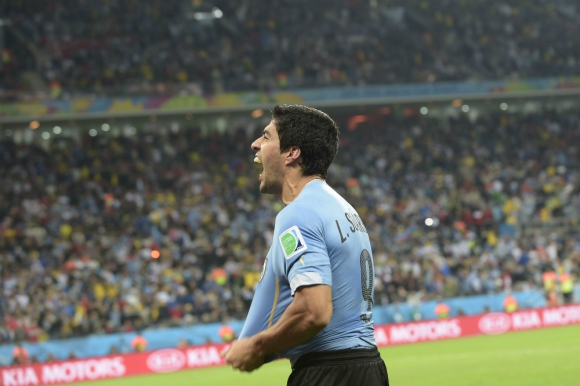 Luis Suárez celebra un gol ante Inglaterra en el Mundial de Brasil. Foto: AFP.