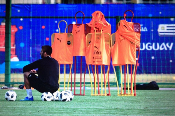 Luis Suárez espera su turno para rematar al arco. Foto: Nicolás Pereyra