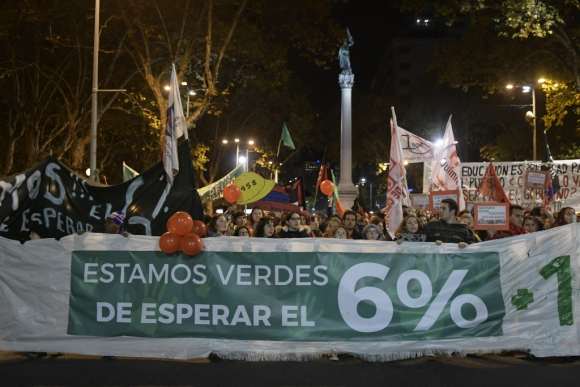 Sindicatos docentes y gremios estudiantiles marcharon el miércoles por 18. Foto: M. Bonjour