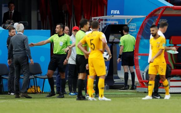 Andrés Cunha utilizó el VAR por primera vez en Mundiales. Foto: AFP.