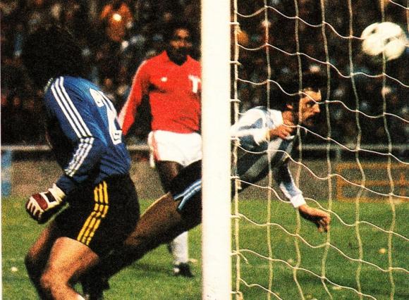 """Leopoldo Luque anotando el gol de Argentina con una """"palomita""""."""