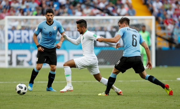 Luis Suárez y Rodrigo Bentancur en la marca, los dos mejores ante Arabia Saudita. Foto: Reuters