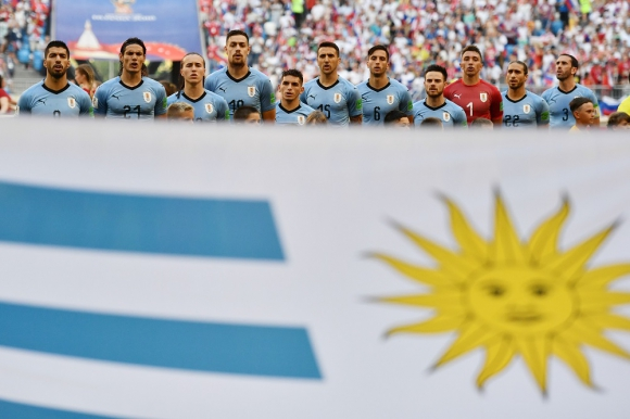 Los jugadores de Uruguay cantando el himno. Foto: AFP